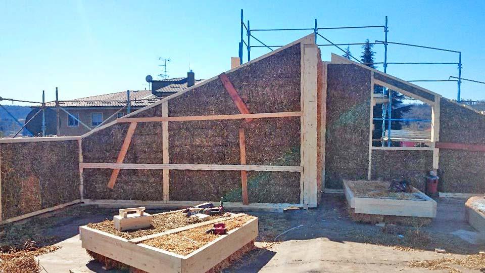 Arona sopraelevazione in legno e paglia bioedilizia for Sopraelevazione in legno